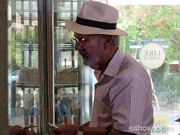 Benjamin não consegue sair do guichê e chama a atenção de todos (Foto: Em Família/TV Globo)