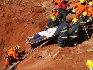 Bombeiros resgatam corpo de um dos operários que morreram soterrados em obra no Instituto da Criança e do Adolescente (ICA), do Hospital Universitário de Brasília, nestq quinta (21) (Foto:  Ed Ferreira/AE)