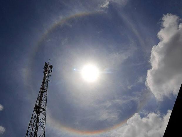 Arco-íris em torno do sol se formou na manhã desta sexta-feira em Natal (Foto: Canindé Soares)