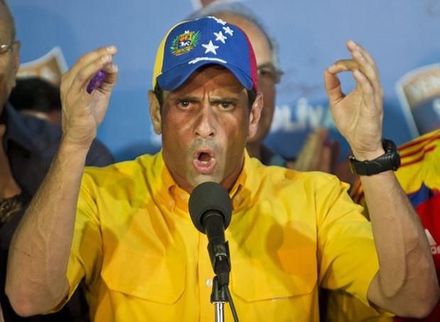 O candidato derrotado à presidência da Venezuela, Henrique Capriles, dá entrevista em Caracas (Foto: AFP)