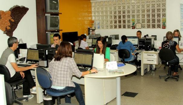 Jornalistas da TV Gazeta na redação  (Foto: Divulgação/ Serivaldo Júnior)