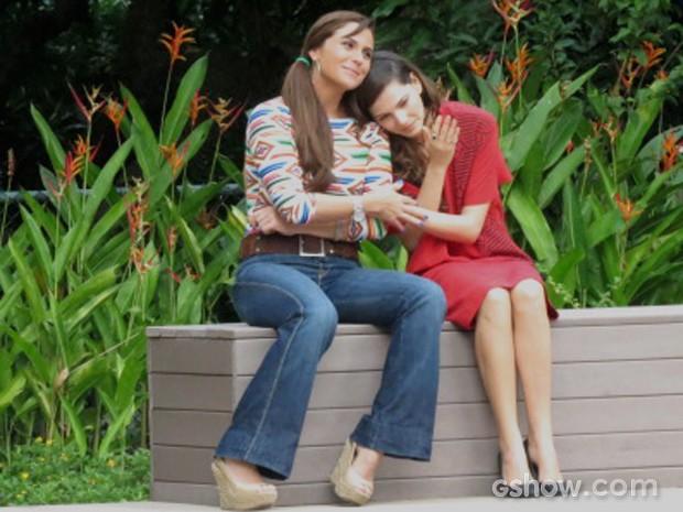 Clara consola a amada e tira uma casquinha (Foto: Em família / TV Globo)