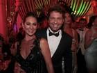 Em baile de carnaval, mulher de Mario Frias usa calcinha fio-dental