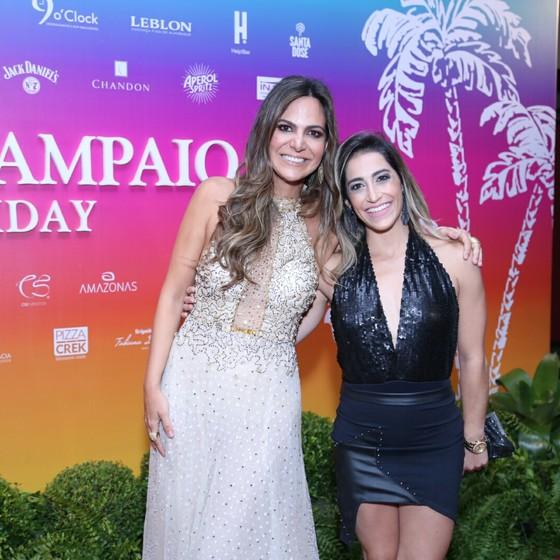 A promoter Carol Sampaio, a dona da festa, recebe a amiga Daniele Hypólito (Foto: Ag News)