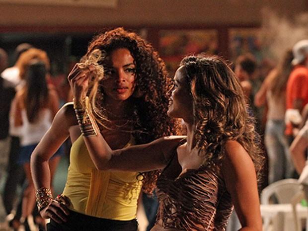 Morena mostra com orgulho o cabelo de Vanúbia (Foto: Salve Jorge/TV Globo)