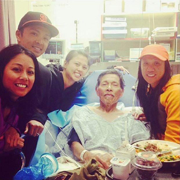 Gene Penaflor se recupara em hospital com a família, após sobreviver 18 dias sozinho em floresta (Foto: Reuters)