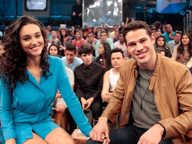 Débora Nascimento e José Loreto participam do Altas Horas (Foto: Marcos Mazini/Gshow)
