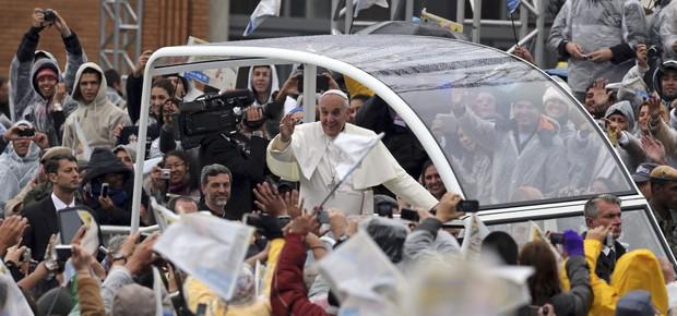 Sob chuva fina, ,papa Francisco chega à Basílica de Aparecida de papamóvel (Foto: AP Photo/Andre Penner)
