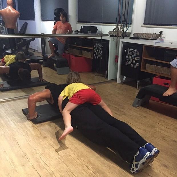 Leo Chaves faz exercícios com o filho Antônio nas costas (Foto: Reprodução/Instagram)