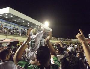 Jogadores do Baraúnas comemoram com os torcedores (Foto: Bruno Araújo/GLOBOESPORTE.COM)