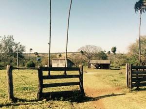 Entrada da fazenda já retomada pelos proprietários (Foto: Martim Andrada/TV Morena)