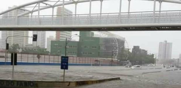 Avenida Aguanambi ficou alagada com as chuvas e tem cerca de um metro de água (Foto: Arquivo pessoal)
