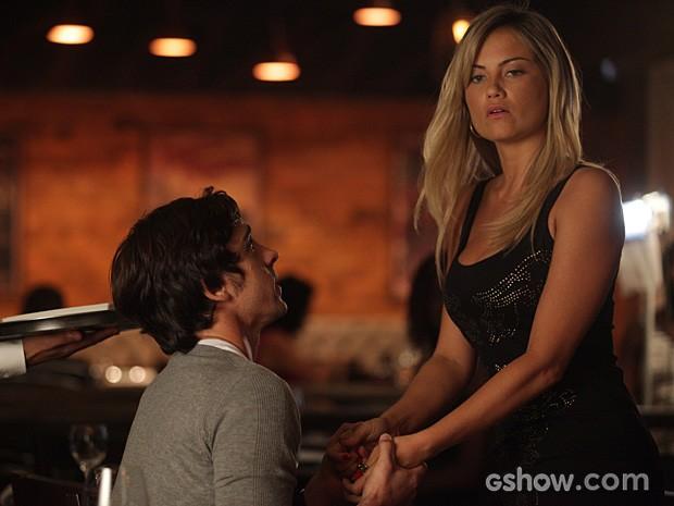 Ernesto se ajoelha e implora para que Ludmila volte para ele (Foto: Pedro Curi / TV Globo)