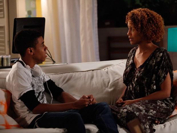 Verônica conta para Vicente que espera um filho de Jonas e ele diz que ela não esconder isso do empresário (Foto: Raphael Dias/TV Globo)