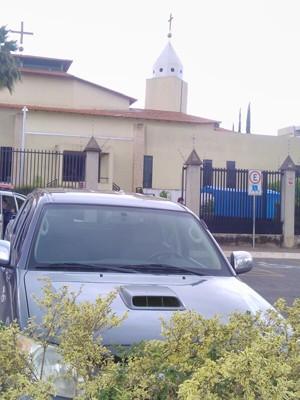 Carro abandonado em frente a igreja, no Paranoá (Foto: Polícia Militar/Divulgação)