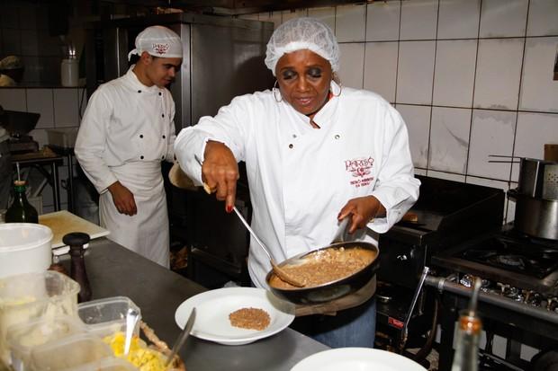 Sandra de Sá cozinha em restaurante em São Paulo (Foto: Marcos Ribas/ Foto Rio News)