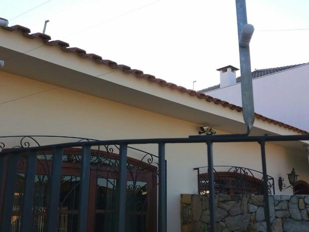 Grades, cerca elétrica e câmeras tentam inibir criminosos (Foto: Cláudio Nascimento/ TV TEM)