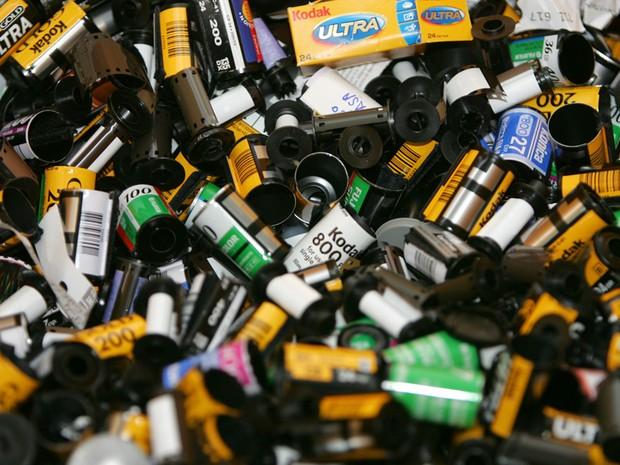 Imagem de 2004 mostra filmes antigos da Kodak antes de irem para a reciclagem em um laboratório na França. (Foto: AFP)