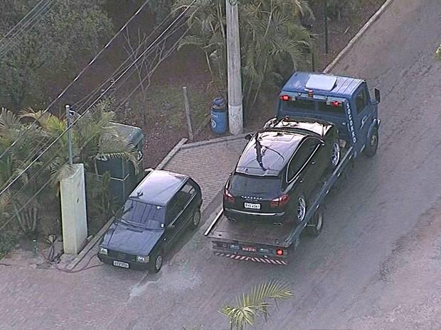 Carro de Ronaldinho Gaúcho sendo rebocado. (Foto: Reprodução/TV Globo)