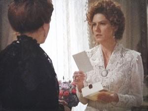 Constância decide guardar carta (Foto: Lado a Lado/Tv Globo)