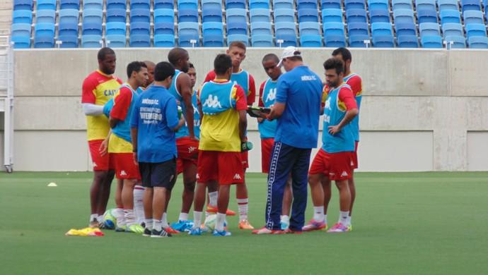 Roberto Fernandes conversa com jogadores - América-RN (Foto: Jocaff Souza/GloboEsporte.com)