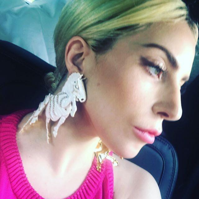 Lady Gaga e os brincos de Brandon Maxwell (Foto: reprodução/instagram)