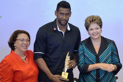 Goleiro Aranha ganha o Prêmio Direitos Humanos, da presidente Dilma por sua atuação contra o racismo (Foto: Wilson Dias / Agência Brasil)