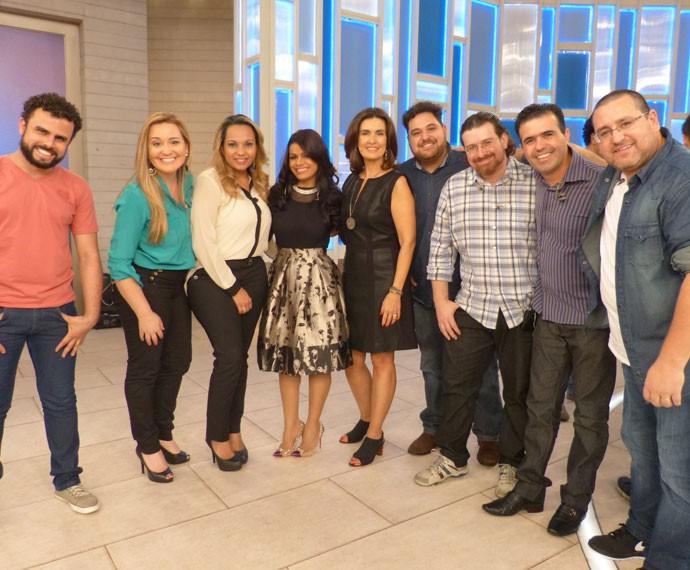 Banda da cantora Damares posa com Fátima (Foto: Viviane Figueiredo Neto/ Gshow)