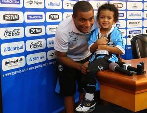 Anderson Pico levou filho Pedro ao jogo do Grêmio (Foto: Lucas Uebel/Grêmio FBPA)