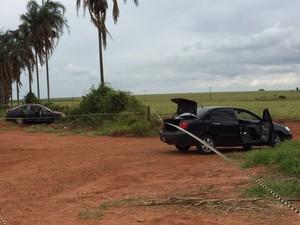 Carros abandonados pelos ladrões estavam com explosivos (Foto: Fernando Daguano/TV Tem)