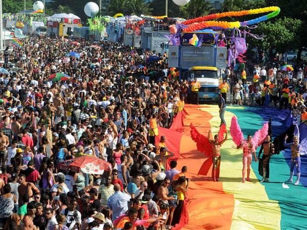 Trios elétricos e bandeira gigante são usados na Parada Gay do Rio de Janeiro (Foto: Alexandre Durão/G1)