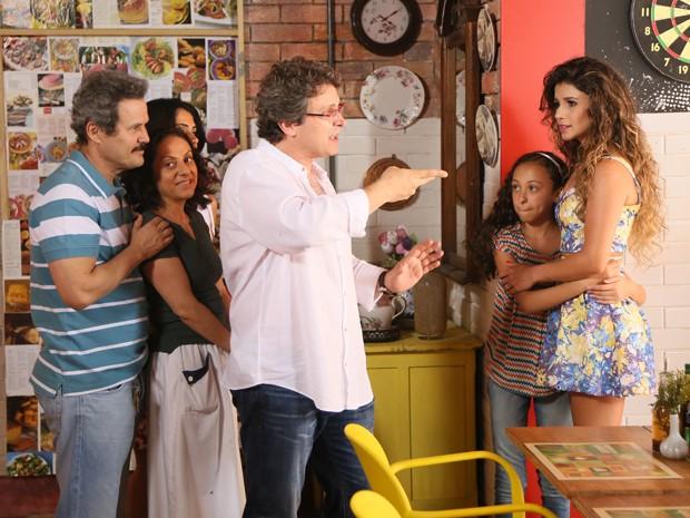 A cantora ouve atentamente cada orientação do diretor, Luiz Henrique Rios (Foto: Carol Caminha / TV Globo)