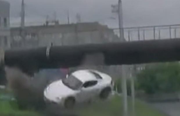 Porsche Cayman capota várias vezes após bater em mureta (Foto: Reprodução / Youtube)
