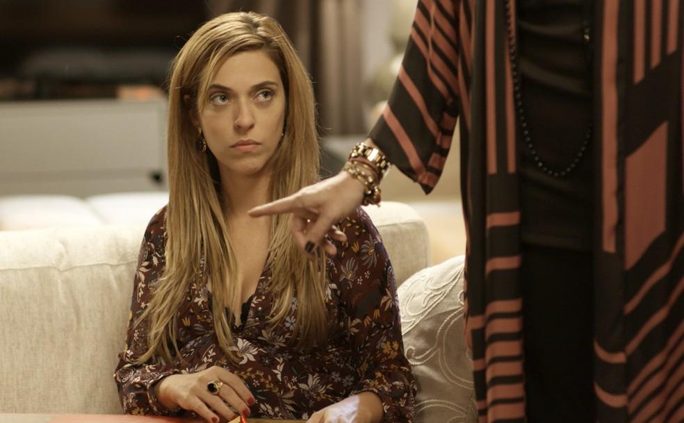 Marisa fica sem saber o que fazer ao ser flagrada por Gilda (Foto: TV Globo)