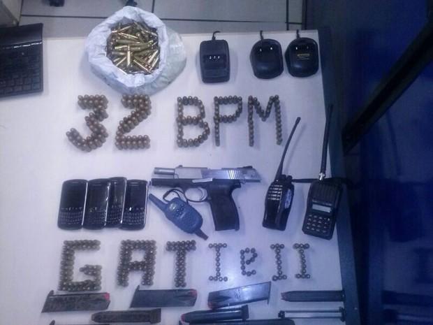 Drogas e armas em Macaé (Foto: PM/Divulgação)