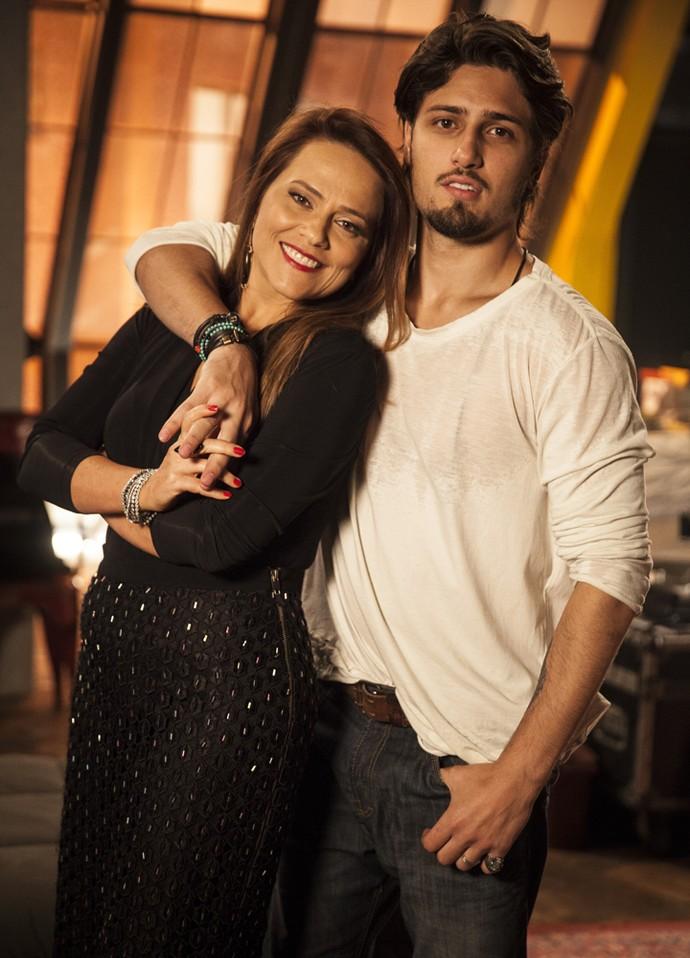 Vivianne Pasmanter posa ao lado Daniel Rocha, que vive o fotógrafo Rafael, em 'Totalmente Demais', durante os intervalos de gravações (Foto: TV Globo/Pedro Curi)