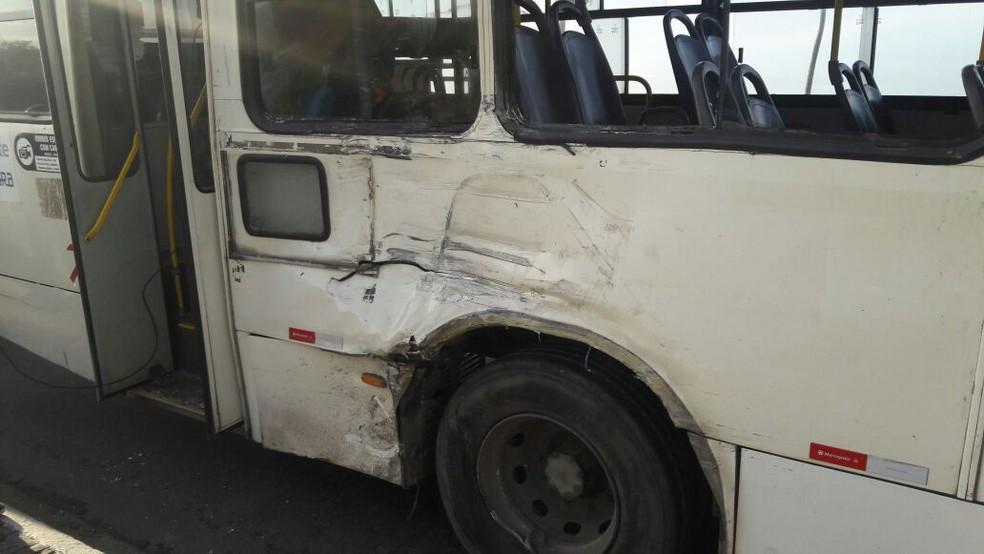 Ônibus ficou danificado após se envolver em acidente com caminhão na manhã desta segunda-feira (Foto: Vanderson Nascimento/TV Bahia)