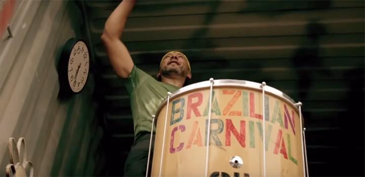 Percursionistas deixam o vídeo de 'Boom Cha' com uma cara mais brasileira (Foto: Reprodução)