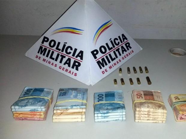Polícia Militar apreendeu munições, dois revólveres calibre 38 e R$ 20 mil em dinheiro (Foto: Reprodução EPTV)