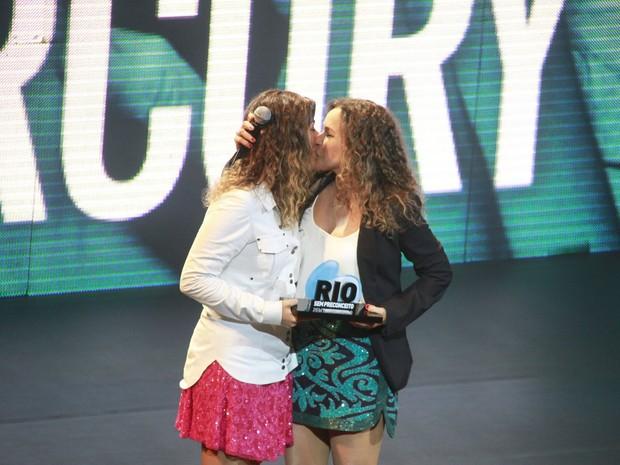 Daniela Mercury e Malu Verçosa em prêmio no Rio (Foto: Isac Luz/ EGO)