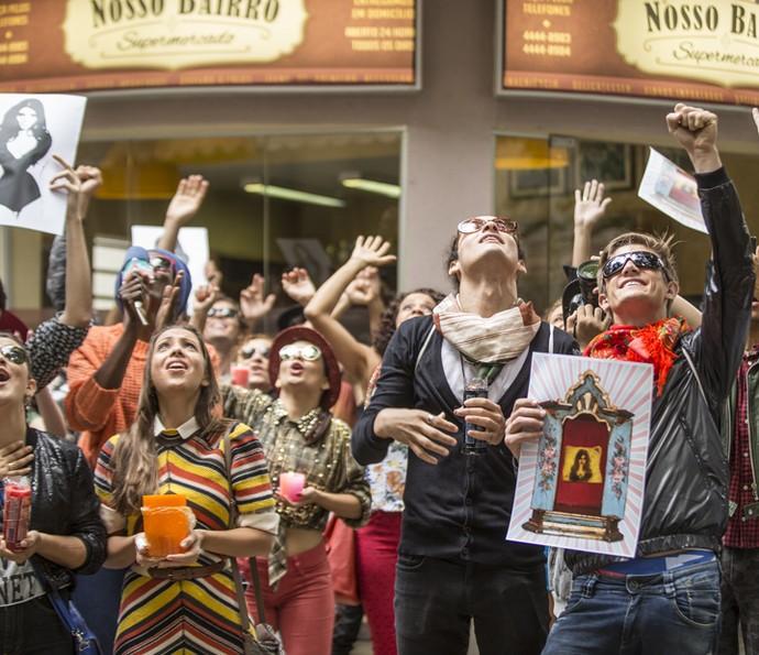 Uma multidão de fshionistas aguardam Cassandra na porta do Flor do Lácio (Foto: Fabiano Battaglin/Gshow)