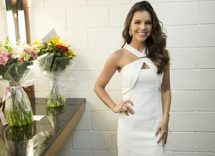 Mariana Rios combina tubinho branco, joias e unha tendência para grande noite no 'The Voice'