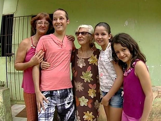Família rifa porco de estimação no Espírito Santo para custear tratamento de jovem  (Foto: Reprodução/ TV Gazeta Norte)