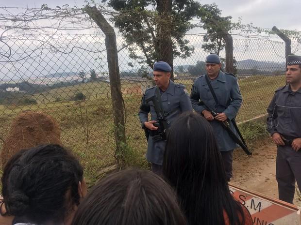 Familiares de presos buscam informações e PM faz cordão de isolamento (Foto: Camilla Motta/G1)