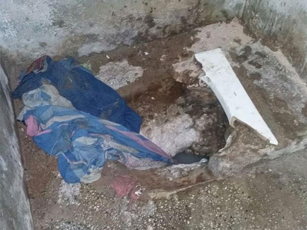 Buraco foi encontrado embaixo do vaso sanitário (Foto: Direção Cadeia Pública de Caraúbas)