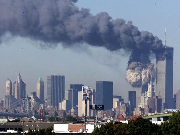 Torres Gêmeas emitem grande nuvem de fumaça após serem atacadas pelas duas aeronaves (Foto: The New York Times)