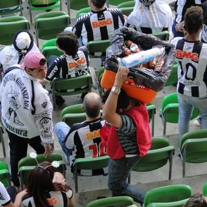 Vendedores de cerveja no Independência (Foto: Léo Simonini)