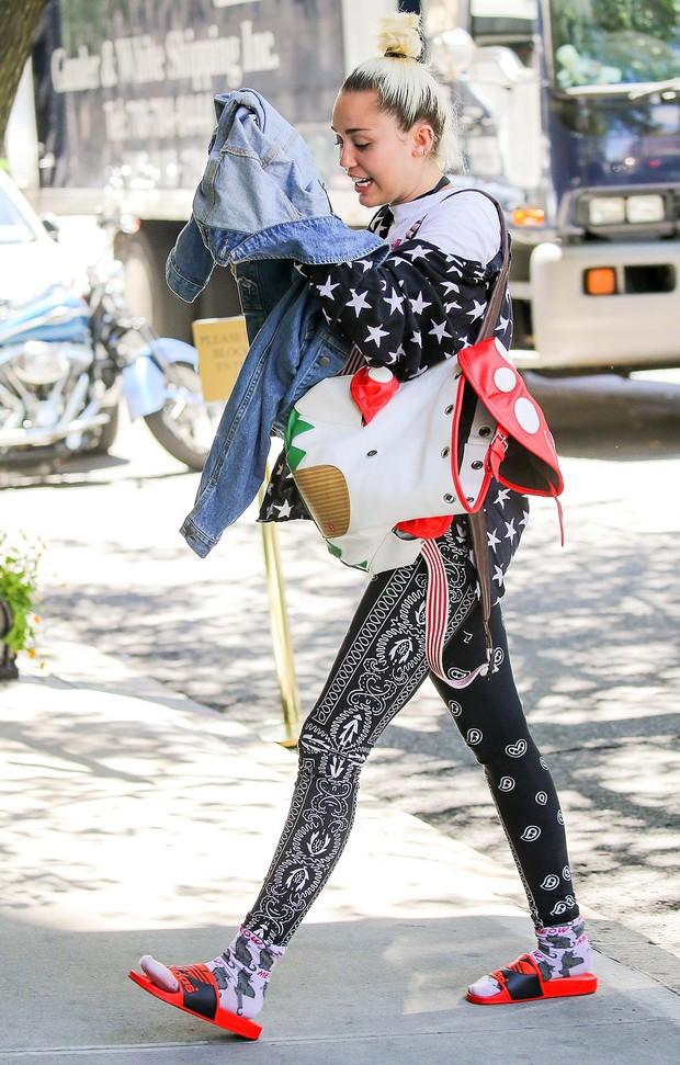 Miley Cyrus esconde rosto mas mostra anel que seria de noivado (Foto: The Grosby Group)