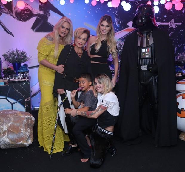 Bárbara Evans posa com o afilhado Lucas, a mãe, Monique Evans, a avó Conceição e a madrasta Cacá Werneck (Foto: Anderson Borde/AgNews)