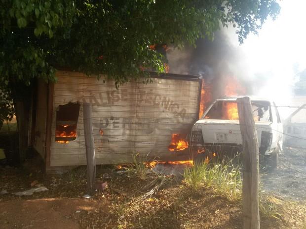 Veículo e baú de caminhão eram sucada, segundo DER (Foto: Extra de Rondônia/Reprodução)